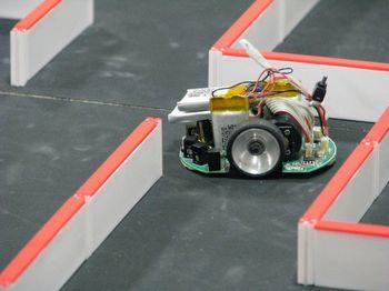コースを走るマイクロマウス.jpg